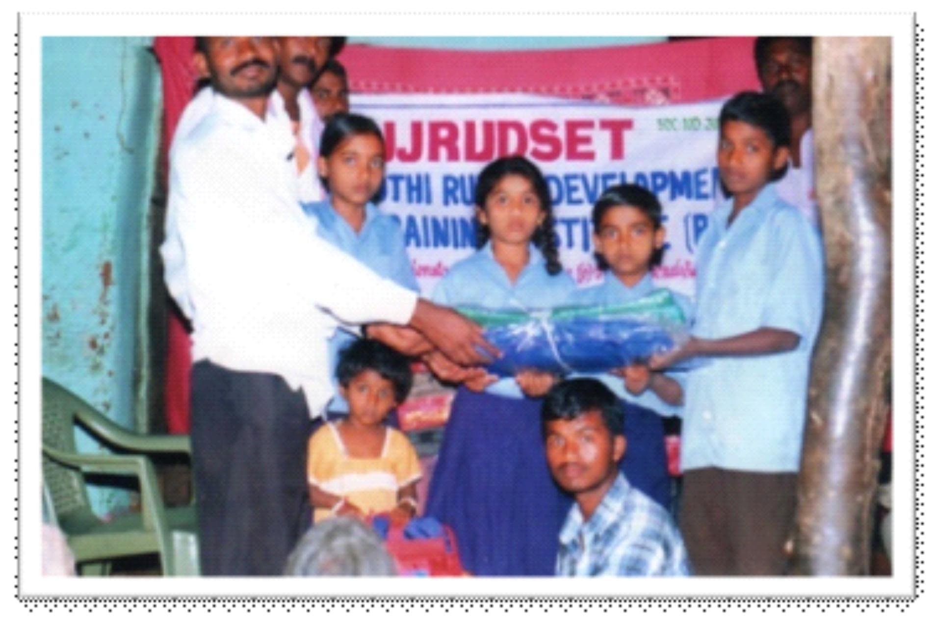 /media/jjrdseti/jjrds_14_school_children_uniform_issue_programm.jpg